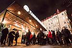 Stockholm 2015-11-18 Bandy Elitserien Hammarby IF - Sandvikens AIK :  <br /> Publik k&ouml;ar utanf&ouml;r entr&eacute;n till Zinkensdamms IP inf&ouml;r matchen mellan Hammarby IF och Sandvikens AIK <br /> (Foto: Kenta J&ouml;nsson) Nyckelord:  Elitserien Bandy Zinkensdamms IP Zinkensdamm Zinken Hammarby Bajen HIF Sandviken SAIK supporter fans publik supporters