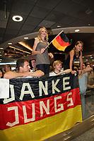 vergeblich wartende Fans am Frankfurter Flughafen<br /> Fans warten am Frankfurter Flughafen auf die DFB-Elf *** Local Caption *** Foto ist honorarpflichtig! zzgl. gesetzl. MwSt. Auf Anfrage in hoeherer Qualitaet/Aufloesung. Belegexemplar an: Marc Schueler, Alte Weinstrasse 1, 61352 Bad Homburg, Tel. +49 (0) 151 11 65 49 88, www.gameday-mediaservices.de. Email: marc.schueler@gameday-mediaservices.de, Bankverbindung: Volksbank Bergstrasse, Kto.: 151297, BLZ: 50960101