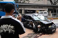 ATENÇÃO EDITOR: FOTO EMBARGADA PARA VEÍCULOS INTERNACIONAIS. - SAO PAULO, SP, 28 de Novembro 2012 -ACIDENTE DE CARRO.Populares observa um carro que capotou na Av 9 de Julho sentido centro nesta madrugada proximo a estacao Gertulio Vargas.(FOTO: ADRIANO LIMA / BRAZIL PHOTO PRESS).