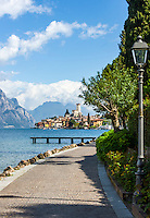 Italy, Veneto, Lake Garda, Malcesine: along lakeside promenade Via Lungolago towards old town with castle | Italien, Venetien, Gardasee, Malcesine: entlang der Via Lungolago zur Altstadt und Scaligerburg