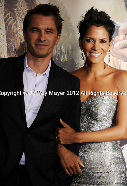 HOLLYWOOD, CA - OCTOBER 24: Olivier Martinez and Halle Berry arrive at the Los Angeles premiere of 'Cloud Atlas' at Grauman's Chinese Theatre on October 24, 2012 in Hollywood, California.