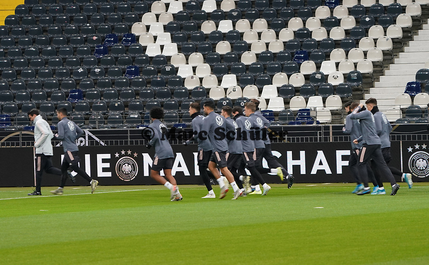 Mannschaft läuft sich warm - 18.11.2019: Deutschland Abschlusstraining, Commerzbank Arena Frankfurt, EM-Qualifikation DISCLAIMER: DFB regulations prohibit any use of photographs as image sequences and/or quasi-video.