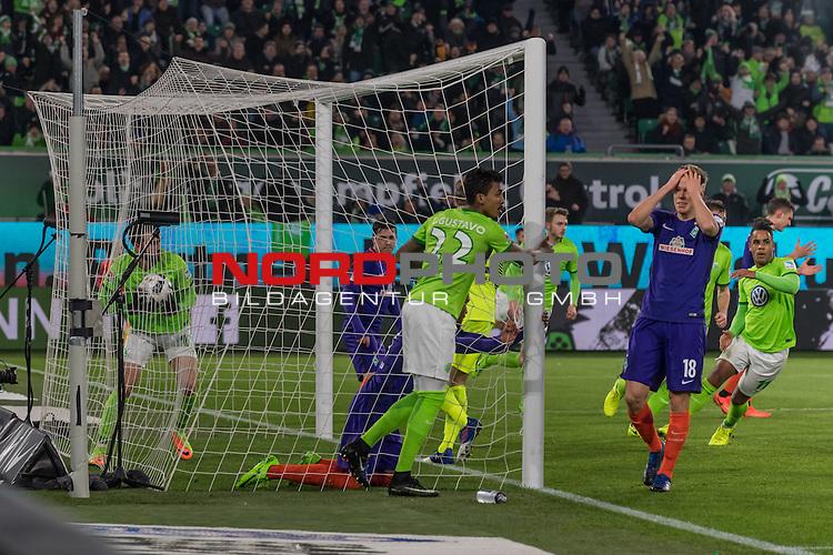 24.02.2017, Volkswagen Arena, Wolfsburg, GER, 1.FBL, VfL Wolfsburg vs SV Werder Bremen<br /> <br /> im Bild<br /> Felix Wiedwald (Bremen #42) beim Anschlusstreffer zum 1:2 durch Borja Mayoral (VFL Wolfsburg #17), Niklas Moisander (Bremen #18) kann es nicht nicht fassen, <br /> <br /> Foto &copy; nordphoto / Ewert