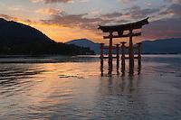 Japan, Chūgoku (Southwest Honshu), Hiroshima Prefecture, Miyajima Island: The floating Miyajima torii gate of Itsukushima Shrine at sunset | Japan, Chūgoku (Suedwest Honshu), Praefektur Hiroshima, Miyajima Island: Torii des Itsukushima-Schreins bei Sonnenuntergang