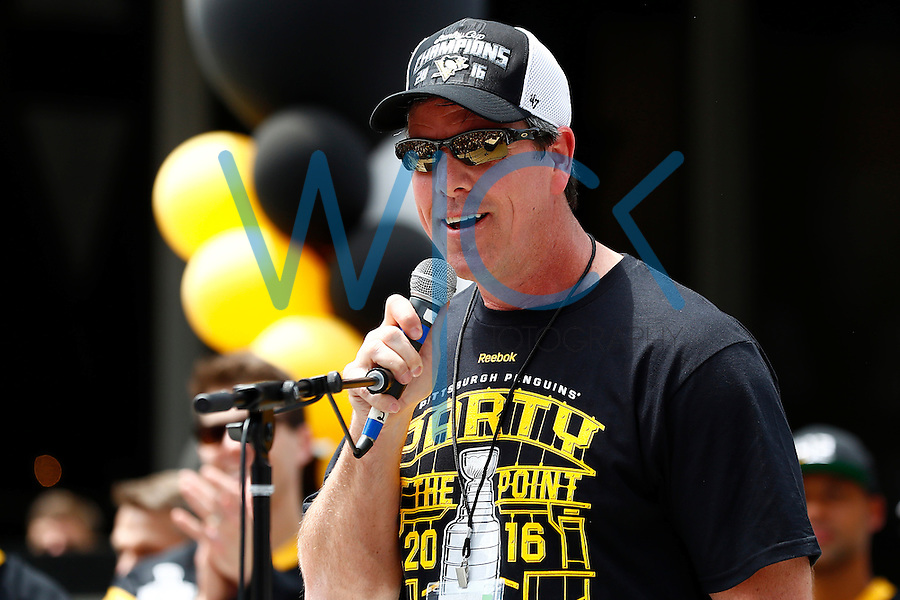 Head coach Mike Sullivan of the Pittsburgh Penguins speaks on stage during the Stanley Cup victory parade in downtown Pittsburgh, Pennsylvania on June 15, 2016. (Photo by Jared Wickerham / DKPS)