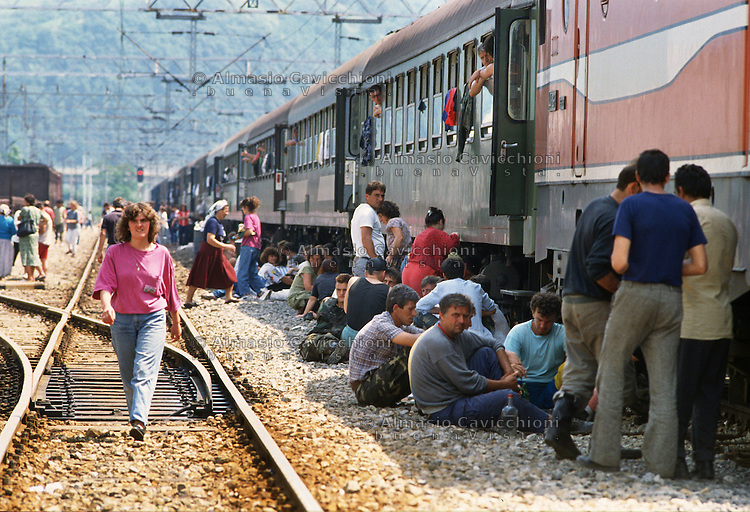 Luglio 1992, Croazia, Treno di profughi dalla Bosnia in fuga dalla pulizia etnica dei Serbi bloccati nella stazione di Zapre&scaron;ić.<br /> July 1992 Croatia, Train of refugees from Bosnia fleeing ethnic cleansing of Serbs stuck in the Zapre&scaron;ić station.