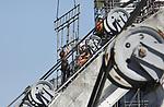 Foto: VidiPhoto<br /> <br /> DRIEL &ndash; Steigerbouwers werken dinsdag op hoog niveau aan het inpakken van de stuw in de Rijn bij Driel. Zodra de steigers rond de machinekamers en bogen zijn geplaatst, wordt het geheel ingepakt in wit plastic, zodat schilders veilig hun werk kunnen doen en de werkzaamheden ook tijdens regenperioden door kunnen gaan. De werkzaamheden aan het stuwcomplex in Driel hebben vertraging opgelopen door een duikongeval vorig jaar en vervolgens het hoge water. Daardoor is besloten eerst de stuwen bij Amerongen en Hagestein aan te pakken. De werkzaamheden zijn onderdeel van een uniek stukje bouwgeschiedenis in ons land. De waterkeringen van Amerongen, Hagestein en Driel in de Rijn hebben de enige stuwbogen ter wereld. Bovendien worden ze vrijwel gelijktijdig vervangen. In Driel is dat na de schilderwerkzaamheden en het vervangen van de stuwkabels naar de bogen. In 2020 moet het project (met een aanneemsom van 100 miljoen euro) gereed zijn. Opdrachtgever is Rijkswaterstaat, hoofdaannemer is Siemens.