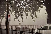 SAO PAULO, SP, 23 DE JANEIRO DE 2012 - CLIMA TEMPO - Forte chuva atinge o bairro da Liberdade, zona central da cidade, nesta tarde de segunda-feira (23). FOTO RICARDO LOU - NEWS FREE