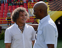 IBAGUÉ -COLOMBIA, 24-06-2015. Alberto Gamero técnico del Deportes Tolima se saluda con Oswaldo Duran técnico de Atlético Huila previo al encuentro por la fecha 10 de la Liga Águila II 2016 jugado en el estadio Manuel Murillo Toro de Ibagué. / Alberto Gamero coach of Deportes Tolima greets with Oswaldo Duran coach of Atletico Huila prior the match for the date 10 of the Aguila League II 2016 played at Manuel Murillo Toro stadium in Ibague city. Photo: VizzorImage / Juan Carlos Escobar / Str