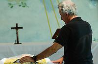 ATENÇÃO EDITOR: FOTO EMBARGADA PARA VEÍCULOS INTERNACIONAIS. - SANTO ANDRE, SP, 29 de Novembro 2012 (VELORIO DE JOELMIR BETING) Joelmir Evandro mesquita durante velorio.(FOTO: ADRIANO LIMA / BRAZIL PHOTO PRESS).