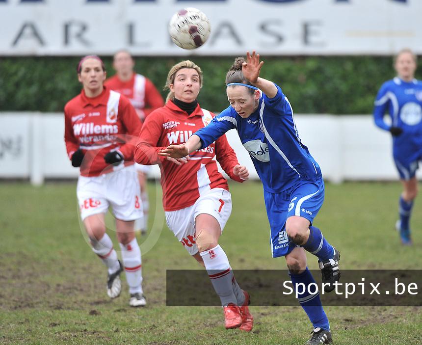 AA Gent Ladies - RAEC Mons : Lidewei De Waele met de kopbal voor Vanessa Kerckhofs.foto Joke Vuylsteke / Vrouwenteam.be