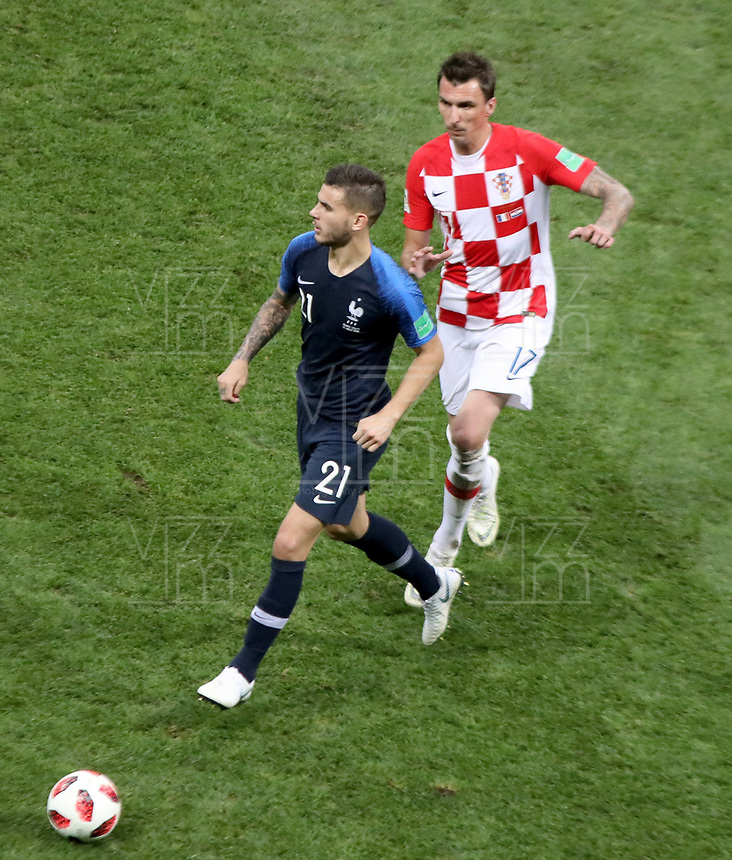 MOSCU - RUSIA, 15-07-2018: Lucas HERNANDEZ (Izq) jugador de Francia disputa el balón con Mario MANDZUKIC (Der) jugador de Croacia durante partido por la final de la Copa Mundial de la FIFA Rusia 2018 jugado en el estadio Luzhnikí en Moscú, Rusia. / Lucas HERNANDEZ (L) player of France fights the ball with Mario MANDZUKIC (R) player of Croatia during match of the final for the FIFA World Cup Russia 2018 played at Luzhniki Stadium in Moscow, Russia. Photo: VizzorImage / Cristian Alvarez / Cont