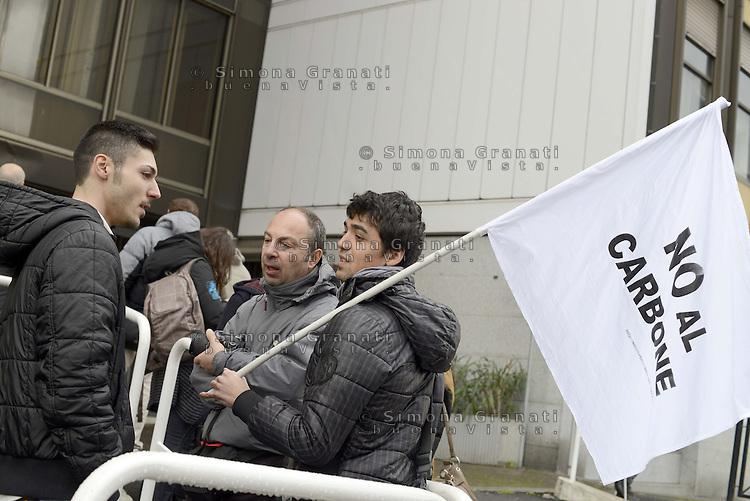 Roma, 12 Marzo 2013.Manifestazione dei comitati No Coke sotto il Ministero dell' Ambiente in occasione della conferenza dei servizii per il rinnovo dell'Autorizzazione Integrata Ambientale della centrale a carbone di Torre Valdaliga nord.
