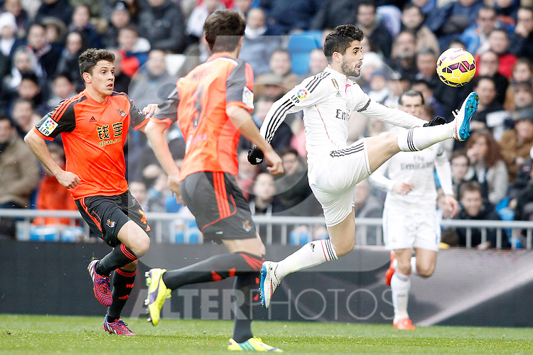 Real Madrid's Isco (r) and Real Sociedad's Gorka Elustondo (l) and Mikel Gonzalez (c) during La Liga match.January 31,2015. (ALTERPHOTOS/Acero)