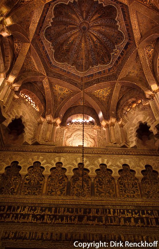 Spanien, Andalusien, Mihrab (Gebetsnische) in der Mezquita in Cordoba, im 16.17. Jh. wurde die Kathedrale in die Moschee La Mezquita aus dem 8. Jh. gebaut, der Mihrab ist die ehemalige Gebetsnische der Moschee, jetzt die christianisierte Capilla Vllaviciosa, Unesco-Weltkulturerbe