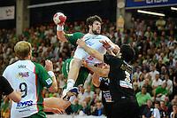 Momir Rnic (FAG) im Sprungwurf, gegen vorne Benjamin Afgour (DHB)