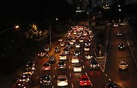 ATENCAO EDITOR: FOTO EMBARGADA PARA VEICULO INTERNACIONAL - SAO PAULO, SP, 13 DEZEMBRO 2012 - TRANSITO EM SAO PAULO -  Muita chuva deixou o transito engarrafado na 23 de maio nessa noite no sentido zona sul na regiao da Liberdade zona central da capital paulista nessa  quinta, 13. (FOTO: LEVY RIBEIRO / BRAZIL PHOTO PRESS)..