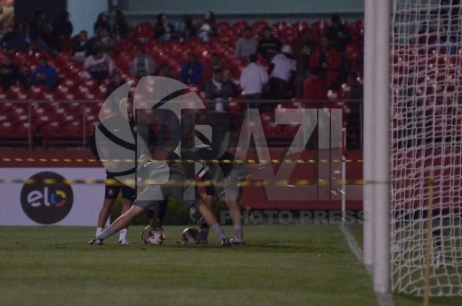 SÃO PAULO, SP, 03 DE JULHO DE 2013 - RECOPA SULAMERICANA - SÃO PAULO x CORINTHIANS: Fita interditando o gol atrapalha aquecimento dos goleiros do Corinthians antes da partida São Paulo x Corinthians, válida Recopa Sulamericana, disputada no estádio do Morumbi em São Paulo. FOTO: LEVI BIANCO - BRAZIL PHOTO PRESS.