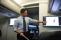Pilot Armin Oujinejad erklärt die Funktionen eines Flugzeugs und die notwendigen Handgriffe der Piloten