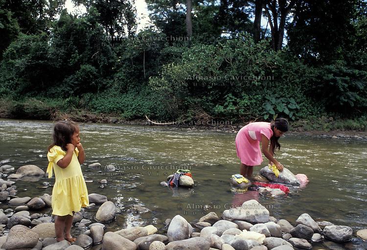 Ottobre 1986, Nicaragua, Una donna lava i panni in un ruscello in una zona rurale nella regione di Matagalpa. Molte case nella zona non hanno acqua corrente.<br /> October 1986, Nicaragua, A woman washing clothes in a stream in a rural area in the Matagalpa region. Many homes in the area do not have running water.