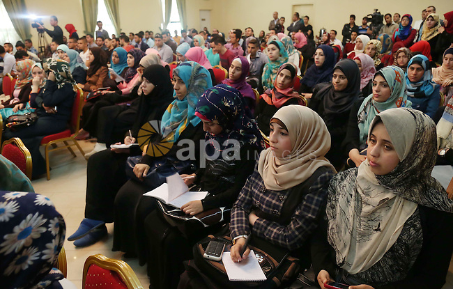Palestinians attend a photo gallery marking the International Journalists Day, in Gaza city on May 4, 2015. Photo by Ashraf Amra