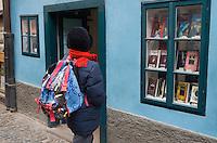 Europe/République Tchèque/Prague:la ruelle d'Or ,ruelle historique du Château de  Prague.A l'origine les gardes du Château logeaient dans ces maisonnettes.Ce sont des orfèvres qui vécurent ici au XVII qui donnèrent leur nom à la rue [Non destiné à un usage publicitaire - Not intended for an advertising use]