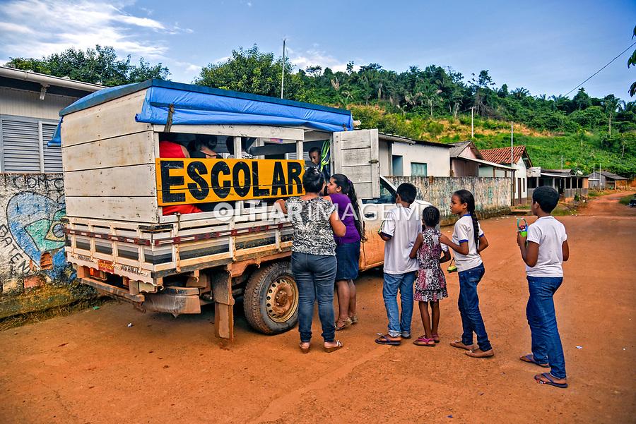 Transporte escolar na vila da Ressaca vila de garimpo familiar, Senador Jose Porfirio. Para. 2017. Foto Luciana Whitaker