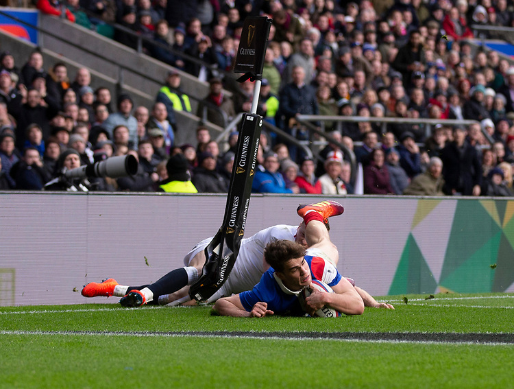 France's Damian Penaud scores his sides first try<br /> <br /> Photographer Bob Bradford/CameraSport<br /> <br /> Guinness Six Nations Championship - England v France - Sunday 10th February 2019 - Twickenham Stadium - London<br /> <br /> World Copyright &copy; 2019 CameraSport. All rights reserved. 43 Linden Ave. Countesthorpe. Leicester. England. LE8 5PG - Tel: +44 (0) 116 277 4147 - admin@camerasport.com - www.camerasport.com