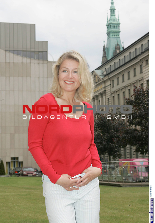 Foto-Call zur ZDF-Serie &quot;GirlFriends&quot;, 7. Staffel<br /> <br /> Am Motiv  &quot;Townhouse&quot;:<br /> <br /> Christina Rainer (Corinna Behrendt).<br /> <br /> Foto &copy; nordphoto / Sarbach<br />  *** Local Caption *** Foto ist honorarpflichtig! zzgl. gesetzl. MwSt.<br />  Belegexemplar erforderlich<br /> Adresse: nordphoto<br /> Georg-Reinke-Strasse 1<br /> 49377 Vechta