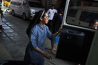 Sister Gertrude is preparing a car with boxes of food donation for the village of Palo and her childhood village of Alang-Alang.<br /> <br /> Soeur Gertrude pr&eacute;pare une voiture avec des bo&icirc;tes de dons alimentaires pour le village de Palo et son village d'enfance de Alang-Alang.