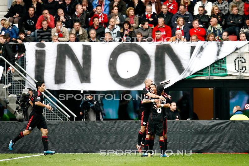 Nederland, Alkmaar, 25 oktober 2009 .Eredivisie.Seizoen 2009/2010.AZ-Ajax (2-4).Gregory van der Wiel van Ajax juicht na het maken van de 1-3 en wordt gefeliciteerd door Demy de Zeeuw en Urby Emanuelson