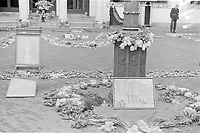 Photo from the NIOD's Huizinga collection. Flower tribute with the letters J, W and B, explained in large on the forecourt of Noordeinde Palace.