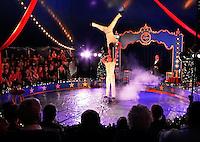 Circus Sijm. Artiesten in de piste. Acrobatiek met Yang Rui