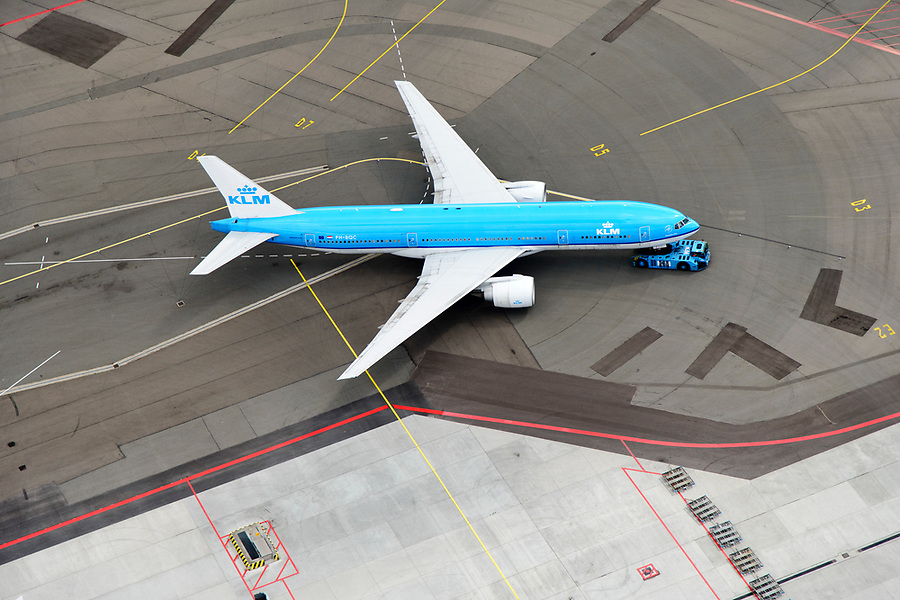Nederland, Noord-Holland, Haarlemmermeer, 01-08-2016; Schiphol Amsterdam Airport, push-back van vliegtuig, klaar voor vertrek. KLM-boeing 777.<br /> Schiphol Amsterdam Airport, push-back of plane, ready for departure<br /> luchtfoto (toeslag op standaard tarieven);<br /> aerial photo (additional fee required);<br /> copyright foto/photo Siebe Swart