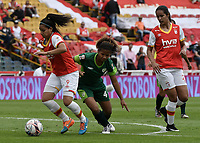 BOGOTÁ -COLOMBIA, 02-04-2017. Oriana Altuve jugadora de Independiente Santa Fe dispara para anotar un gos tras disputar el balón con Denny Vargas jugadora de La Equidad en partido por la fecha 6 de la Liga Femenina Aguila 2017 jugado en el estadio Nemesio Camacho El Campin de la ciudad de Bogota. / Oriana Altuve player of Independiente Santa Fe shoots to score after fighting the ball with Denny Vargas player of La Equidad in match for the date 6 of the Aguila  Women League 2017 played at the Nemesio Camacho El Campin Stadium in Bogota city. Photo: VizzorImage/ Gabriel Aponte / Staff