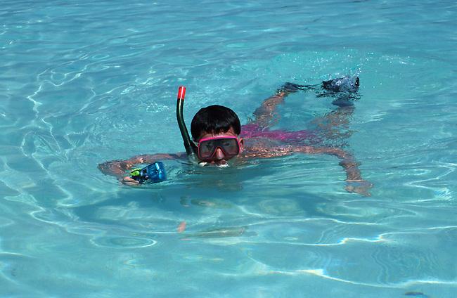 Un touriste dans l'eau. *** A diver.