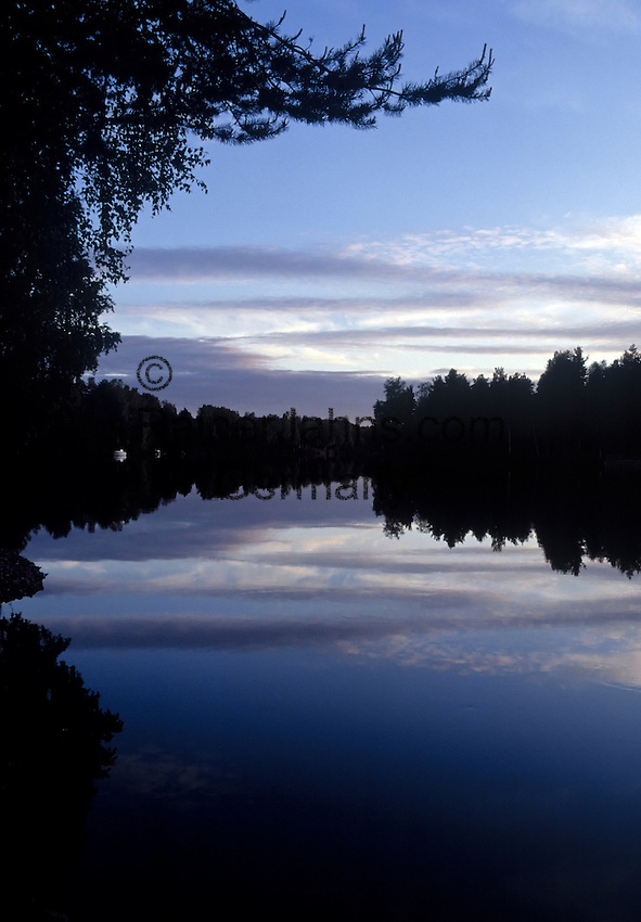 Sweden, Province Dalarna, Mora: dawn at river Oesterdalaelven | Schweden, Provinz Dalarna, Mora: Morgendaemmerung am  Fluss Oesterdalaelven, der auch den Siljan See durchfliesst