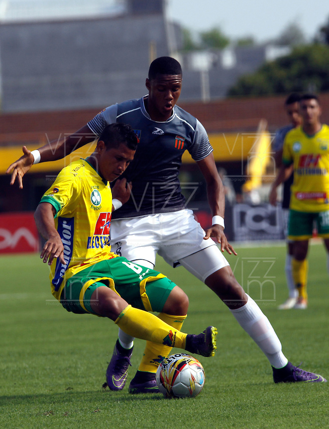 NEIVA - COLOMBIA -06 -02-2016: Jean Becerra (Izq.) jugador de Atletico Huila disputa el balón con Yairo Moreno (Der.) jugador de Envigado FC durante partido entre Atletico Huila y Envigado FC por la fecha 2 de la Liga Aguila, I 2016 en el estadio Guillermo Plazas Alcid de Neiva. / Jean Becerra (L), player of Atletico Huila vies for the ball with Yairo Moreno (L) player of Envigado FC during match between Atletico Huila and Envigado FC for the date 2 of the Liga Aguila I 2016 at the Guillermo Plazas Alcid Stadium in Neiva city. Photo: VizzorImage  / Sergio Reyes / Cont.