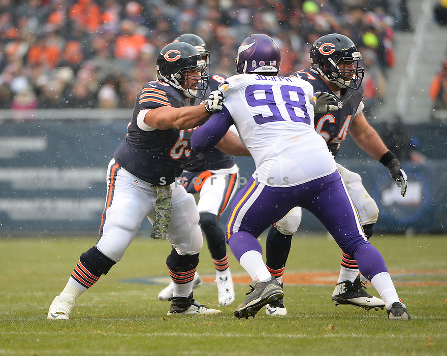 Chicago Bears Roberto Garza (63) during a game against the Minnesota Vikings on November 16, 2014 at Soldier Field in Chicago, IL. The Bears beat the Vikings 21-13.