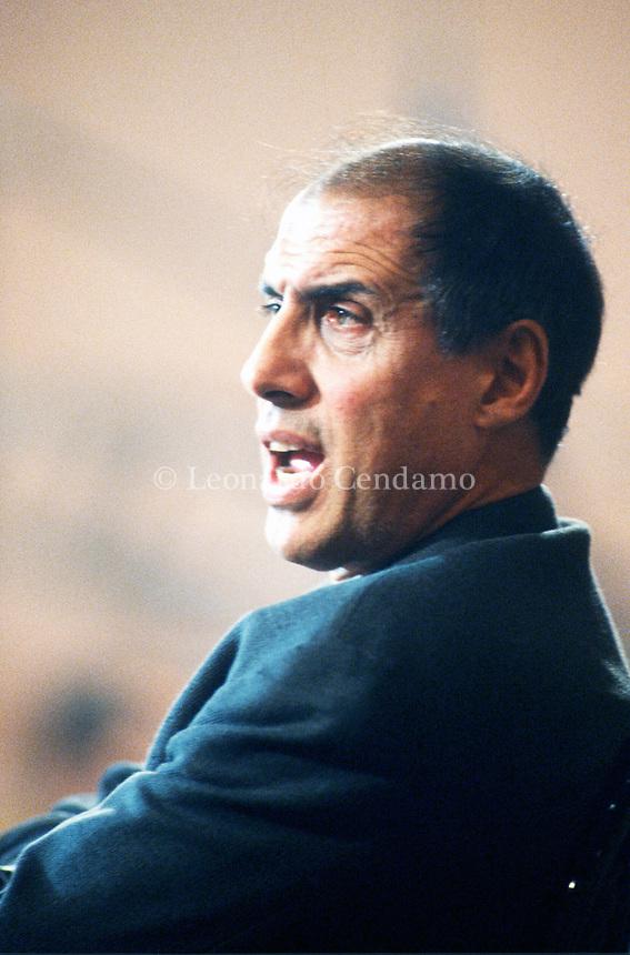 Adriano Celentano (Milano, 6 gennaio 1938) è un cantautore, showman, attore, regista, sceneggiatore e autore televisivo italiano. Firma di Adriano Celentano. È soprannominato il Molleggiato per via del suo modo di ballare. In tutta la sua carriera Celentano ha venduto circa 150 milioni di dischi (inclusi quelli all'estero). © Leonardo Cendamo