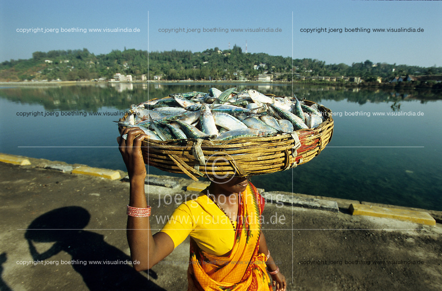 INDIA, Andaman, Port Blair, fish woman carry fish in basket to the market / INDIEN, Andamanen, Fischfrau mit Fisch im Korb