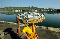 INDIA, Andaman, Port Blair, fish woman carry fish in basket to the market / INDIEN, Andamanen, Fischfrau mit Fisch im Korb
