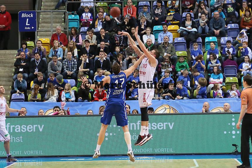 Daniel Theis (Bamberg) gegen Johannes Voigtmann (Skyliners) - Fraport Skyliners vs. Brose Baskets Bamberg, Fraport Arena Frankfurt