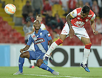 BOGOTÁ - COLOMBIA -29-09-2015: Wilson Morelo (Der) jugador de Independiente Santa Fe (COL) cabecea para anotar un gol a Emelec (ECU)  durante partido de vuelta por octavos de final, llave C, de la Copa Sudamericana 2015 jugado en el estadio Nemesio Camacho El Campín de la ciudad de Bogota./ Wilson Morelo (R) player of Independiente Santa Fe (COL) header to score a goal to Emelec (ECU)  during second leg match for the knockout stages, key C, of the Copa Sudamericana 2015 played at Nemesio Camacho El Campin stadium in Bogota city.  Photo: VizzorImage/ Gabriel Aponte /Staff