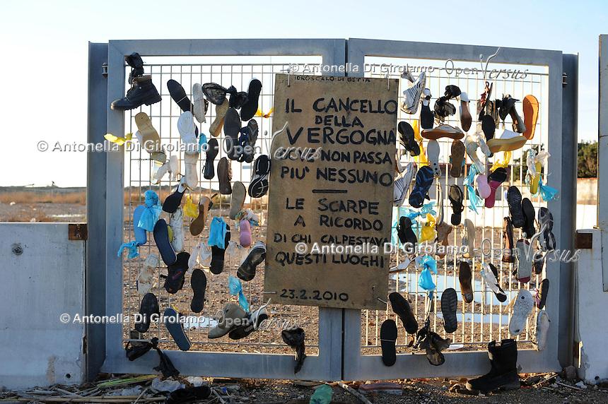 Idroscalo di Ostia, laddove sono state abbattute le abitazioni gli abitanti hanno realizzato ?Il cancello della vergogna? con le scarpe, a ricordo di chi calpestava quei luoghi.