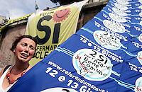 I sostenitori del si' aii referendum su energia nucleare, privatizzazione dell'acqua e legittimo impedimento, esultano alla notizia del raggiungimento del quorum, a Roma, 13 giugno 2011..Supporters for the Yes to referendums on nuclear power, water supply privatization and legitimate impediment celebrate in Rome, 13 june 2011..UPDATE IMAGES PRESS/Riccardo De Luca