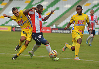 ARMENIA, COLOMBIA, 07-11-2015 Anderson Plata (Izq) del Huila disputa el balón con Yessy Mena (Der) del Tolima durante partido válido por la fecha 19 de la Liga Aguila II 2015 jugado en el estadio Centeneraio de la ciudad de Armenia./ Anderson Plata (L) player of Atletico Huila fights for the ball with  Yessy Mena (R) player of Atletico Junior during match valid for the date 19 of the Aguila League II 2015 played at Centenario stadium in Armenia city. VizzorImage/INTI