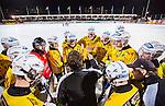 Stockholm 2013-12-30 Bandy Elitserien Hammarby IF - Broberg S&ouml;derhamn IF :  <br /> Broberg S&ouml;derhamn spelare har samlats runt Brobergs Svenne Olsson under en timeout under den andra halvleken<br /> (Foto: Kenta J&ouml;nsson) Nyckelord: