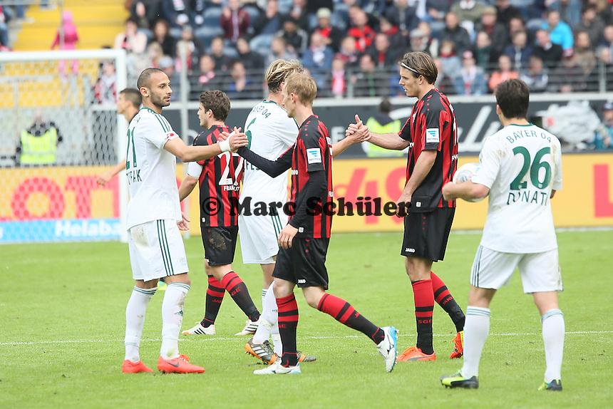 Teams klatschen nach dem Spiel ab - Eintracht Frankfurt vs. Bayer Leverkusen, Commerzbank Arena