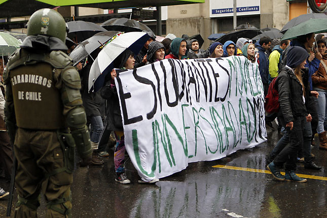 SCH03. SANTIAGO DE CHILE (CHILE), 18/08/2011.- Varios miles de personas marchan bajo la lluvia hoy, jueves 18 de agosto de 2011, en el marco de las demandas estudiantiles por una mejor educación, en una calle de Santiago (Chile). A su turno, el presidente Sebastián Piñera reiteró que sólo el diálogo puede conducir a una solución del conflicto. EFE/FELIPE TRUEBA